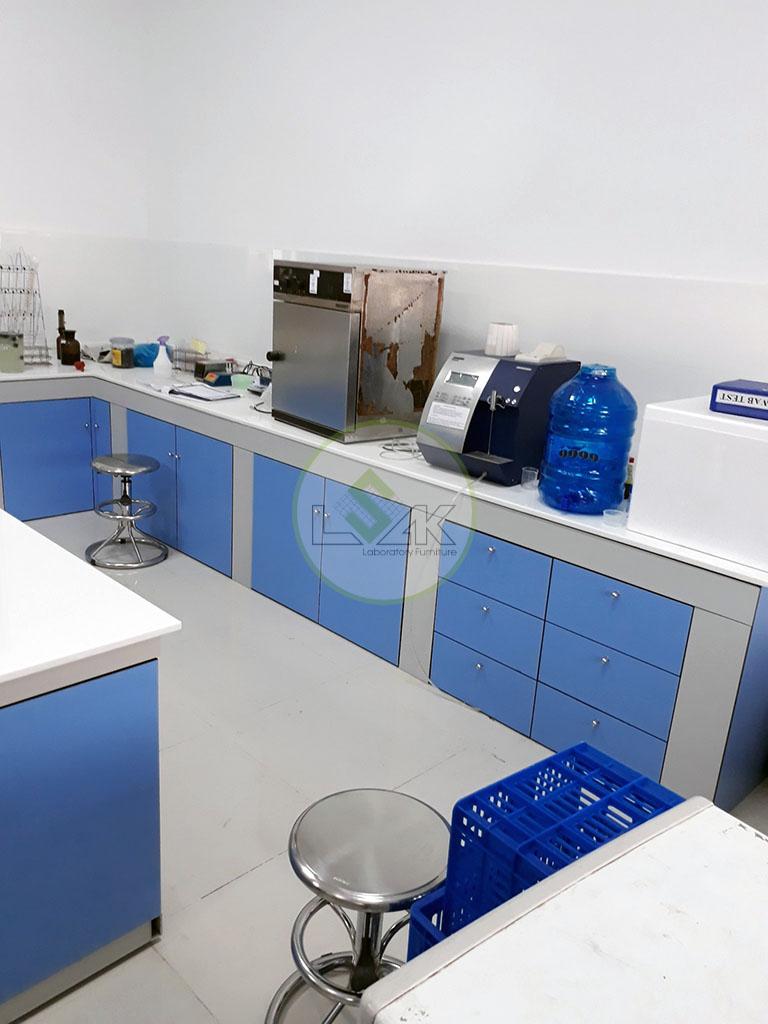Bàn thí nghiệm áp tường mặt đá phòng kiểm định Nhà Máy Sữa Bò Tươi Long Thành Lothamilk