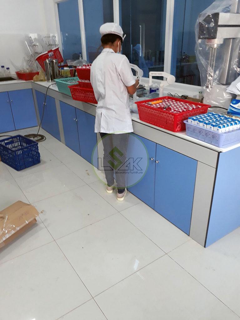 Nhân viên làm việc tại phòng kiểm định Nhà Máy Sữa Bò Tươi Long Thành Lothamilk