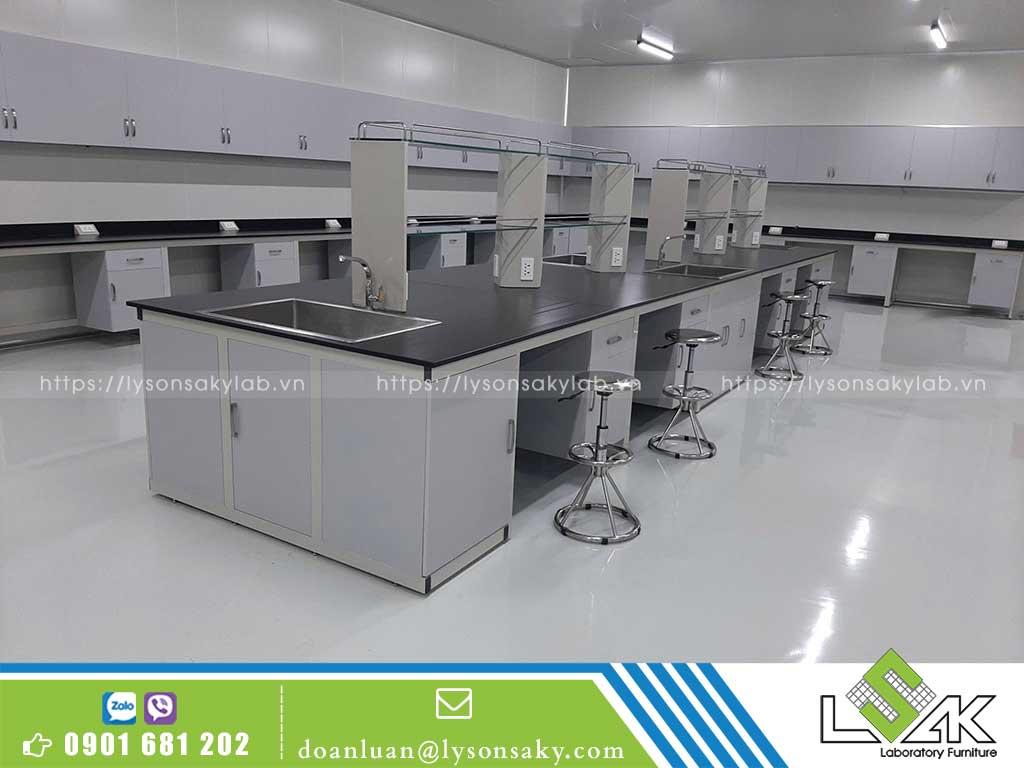Nên lựa chọn những mẫu bàn thí nghiệm có kích thước phù hợp với không gian phòng