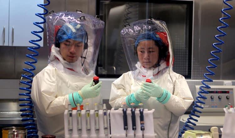 Các nhà khoa học làm việc bên trong phòng BSL-4 tại Vũ Hán, Trung Quốc.