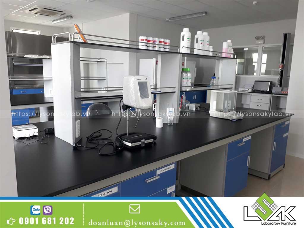 Bàn thí nghiệm trung tâm phenolic có kệ hóa chất 2 tầng