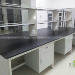 Mẫu bàn thí nghiệm trung tâm hóa sinh có giá kệ để dụng cụ