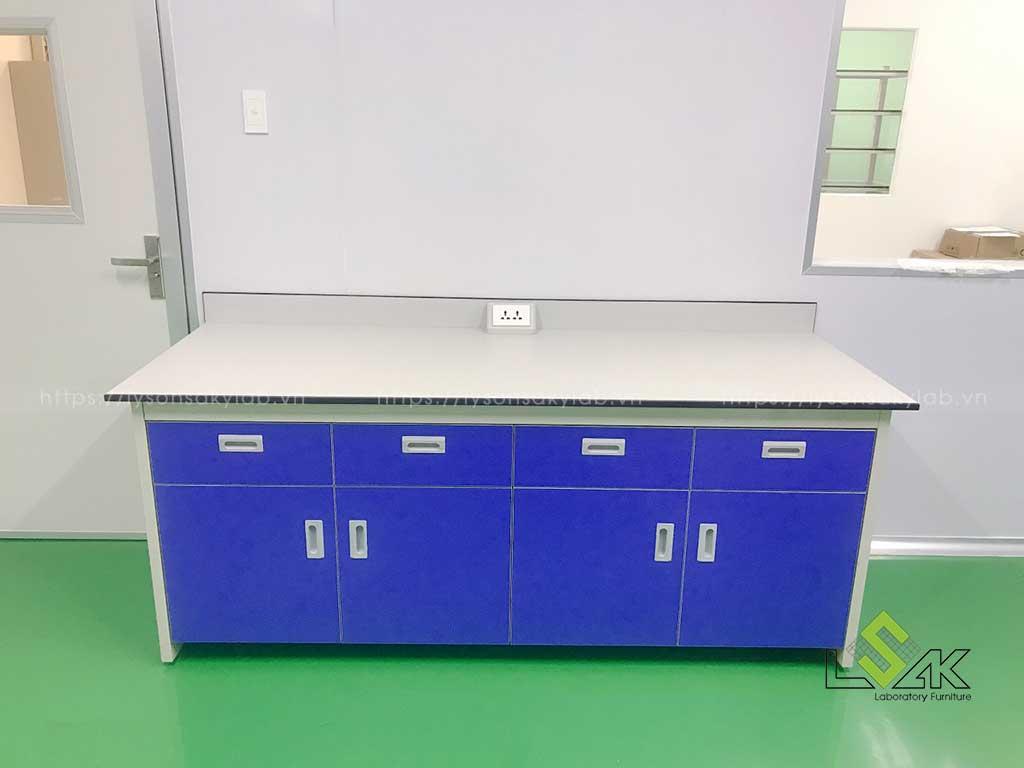 bàn thí nghiệm áp tường hộc tủ kín