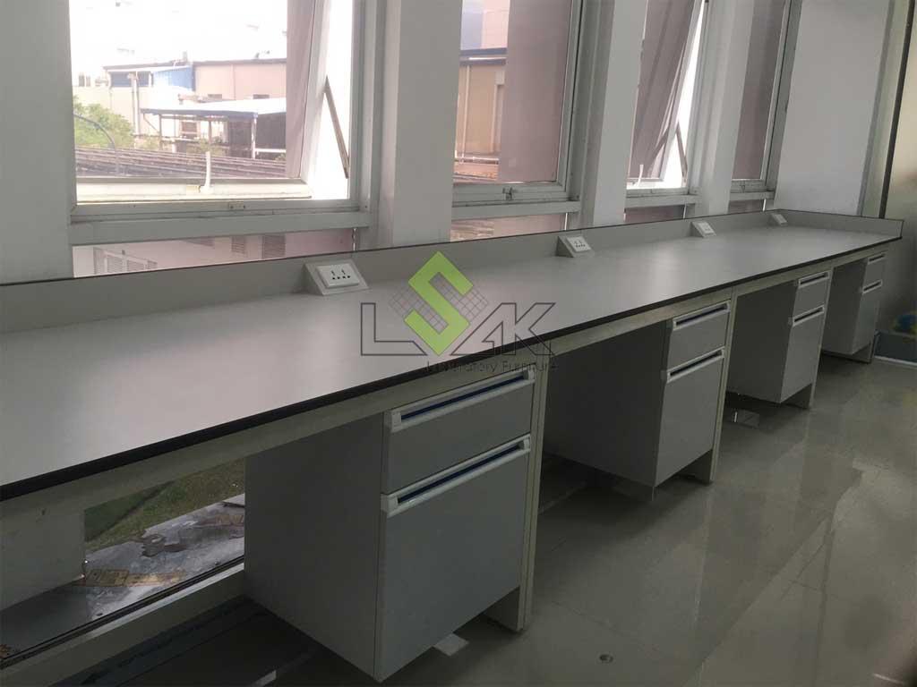 bàn thí nghiệm áp tường