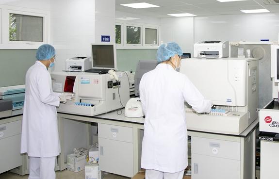 Đội ngũ kỹ thuật viên làm việc tại khoa Huyết học, Bệnh viện Thống Nhất.
