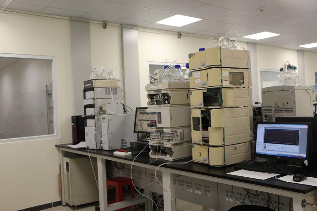 bàn thí nghiệm đặt máy móc thiết bị phòng thí nghiệm