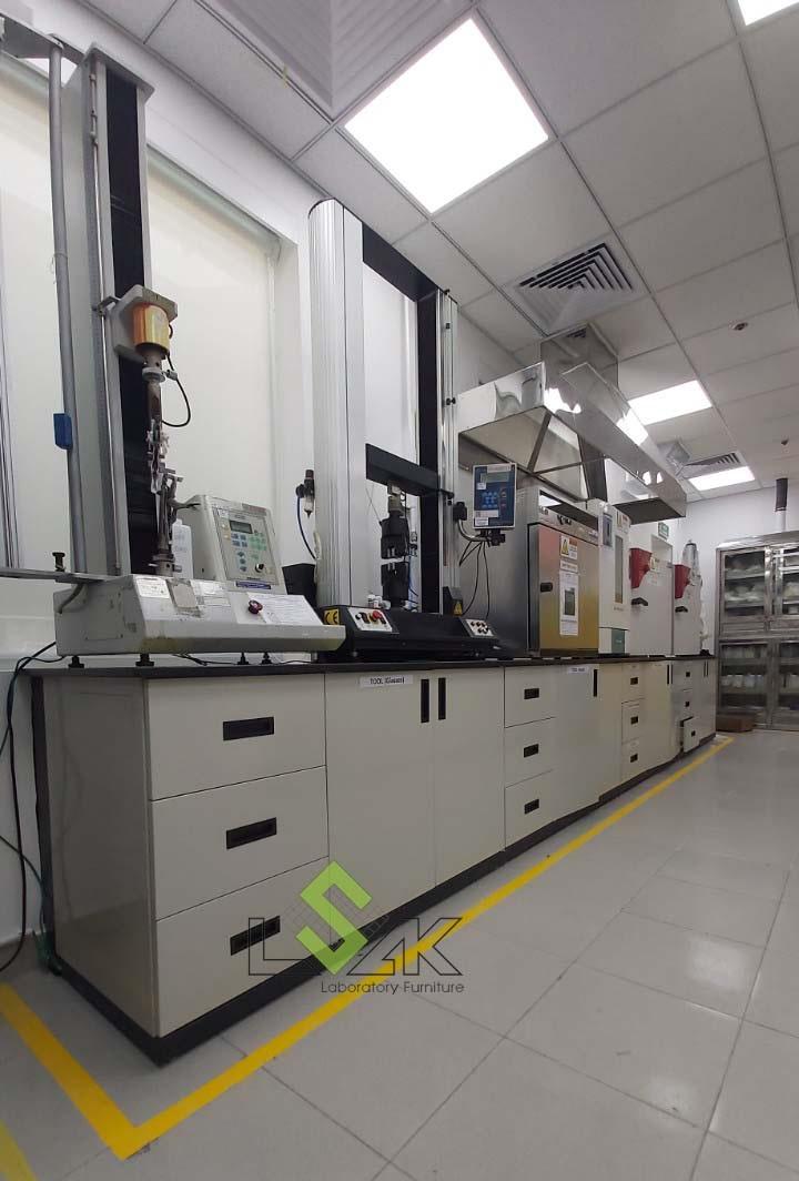 bàn thí nghiệm áp tường nội thất phòng thí nghiệm hóa lý