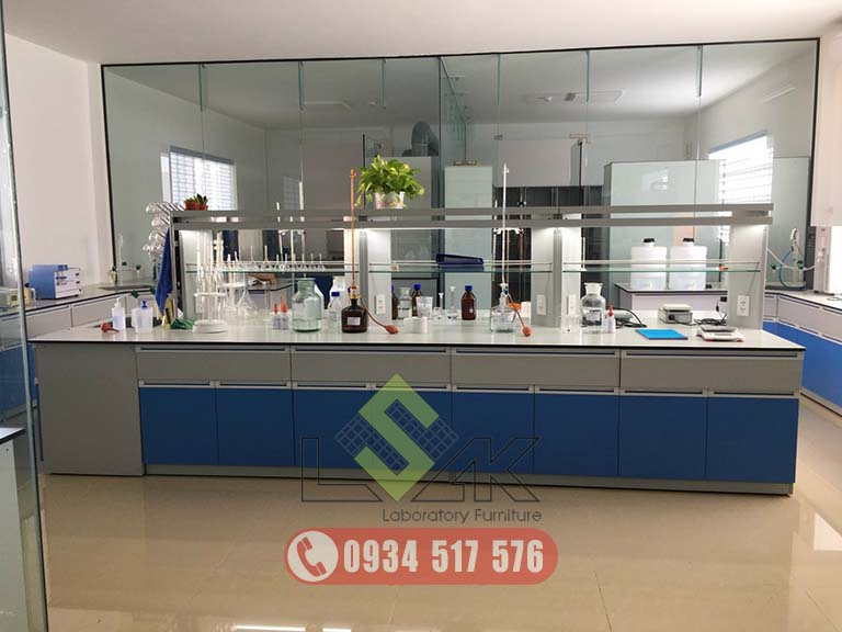 bàn thí nghiệm trung tâm có kệ hóa chất