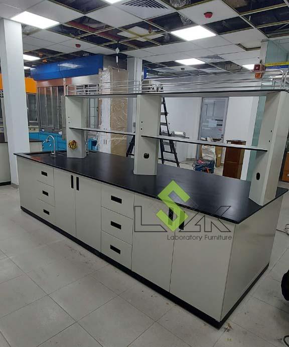 lắp đặt bàn thí nghiệm trung tâm phòng thí nghiệm hóa lý bằng thép không gỉ đạt tiêu chuẩn
