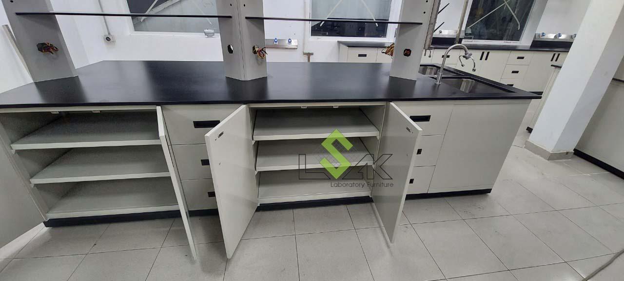 lắp đặt nội thất phòng thí nghiệm hóa lý bằng thép không gỉ đạt tiêu chuẩn
