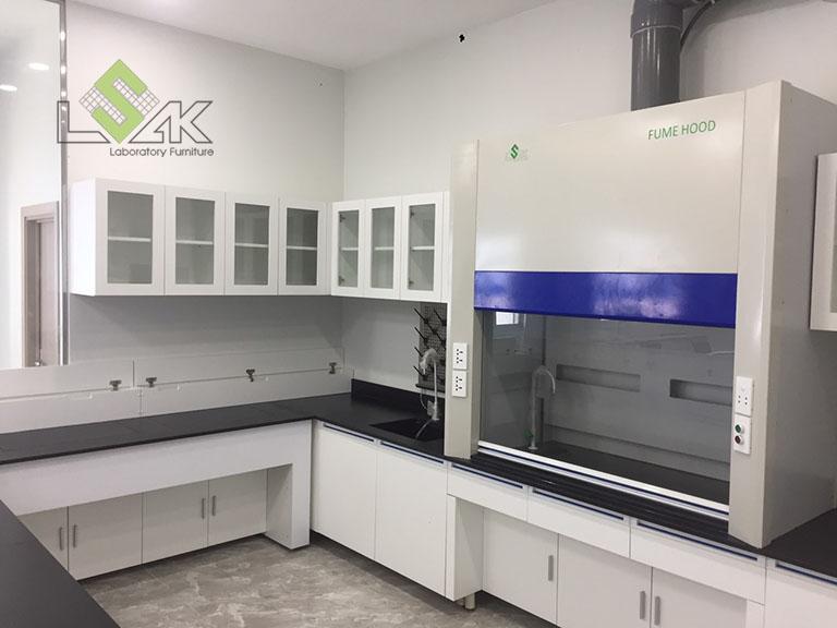 Tủ hút khí độc đặt trên bàn nội thất phòng thí nghiệm