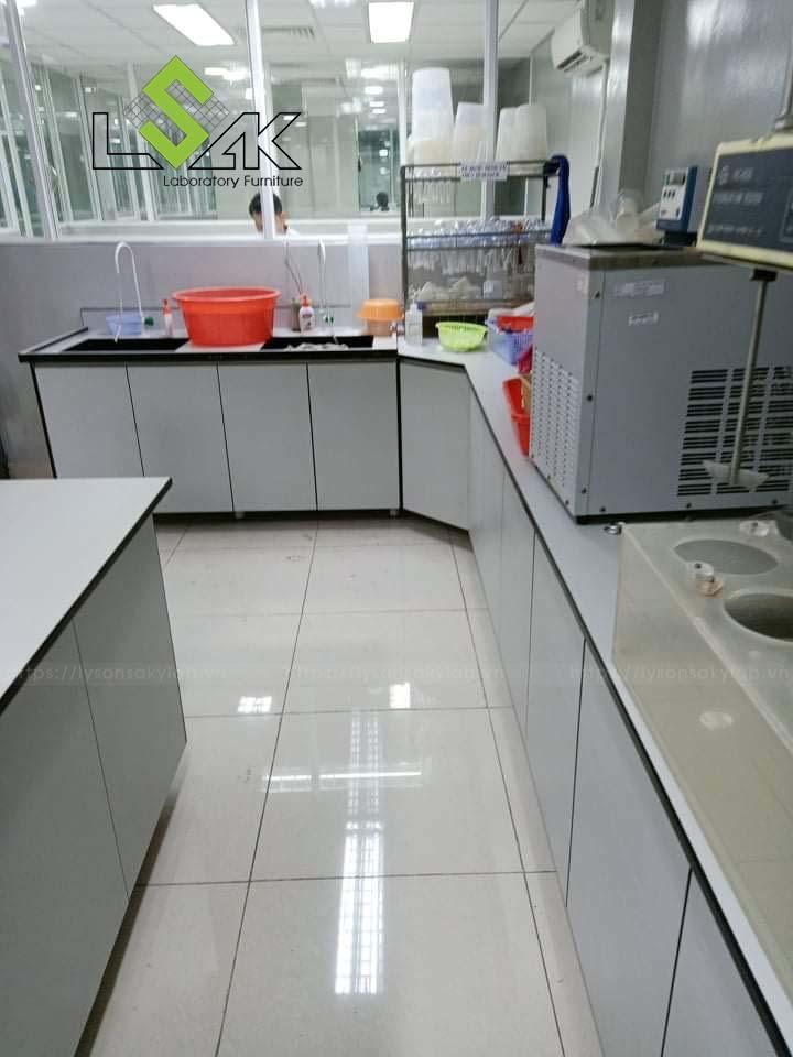 Bàn thí nghiệm áp tường có bồn rửa nhà máy dược phẩm