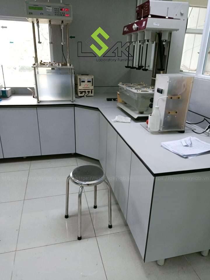 Bàn thí nghiệm áp tường phòng lab dược phẩm