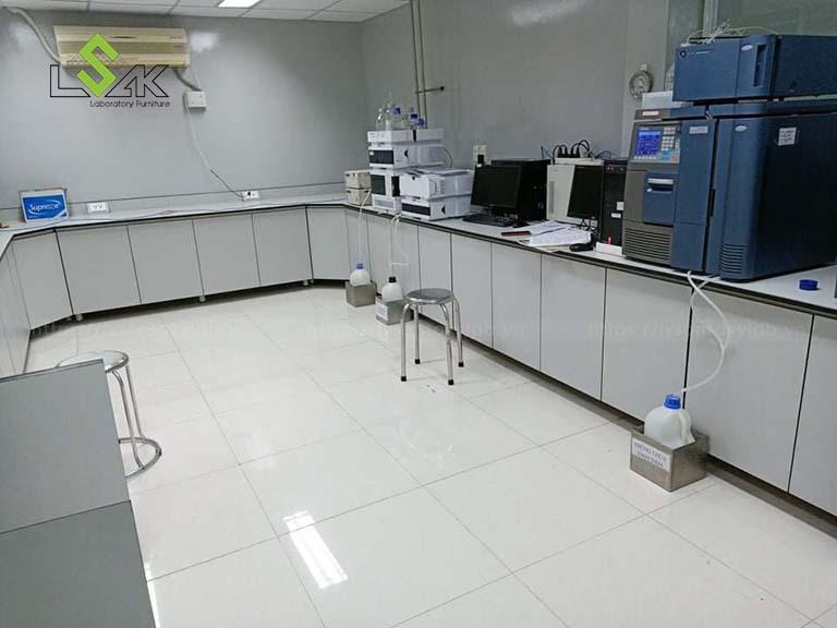 Bàn đặt thiết bị phòng thí nghiệm nhà máy dược phẩm