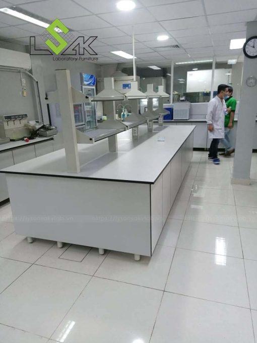 Bàn thí nghiệm trung tâm có kệ phòng lab nhà máy dược phẩm