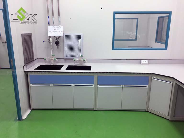 Bàn thí nghiệm áp tường có bồn rửa phòng thí nghiệm Nhà máy sản xuất Thuốc Thú y UV Việt Nam