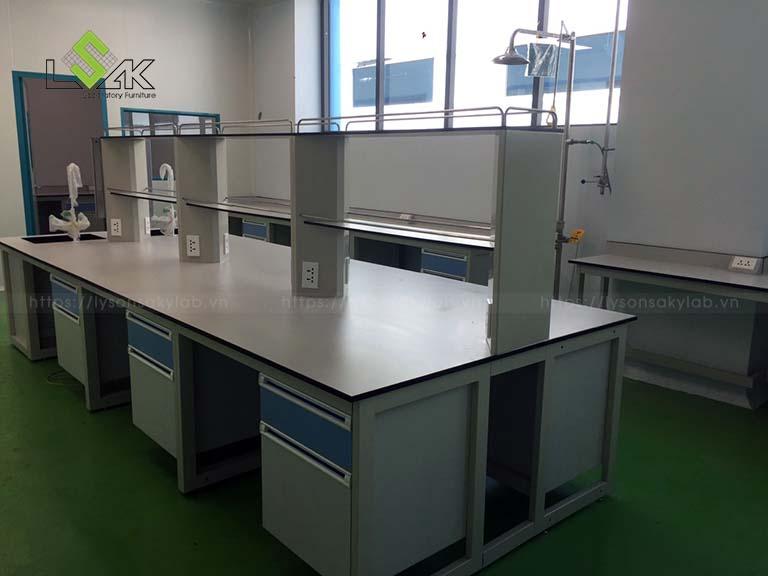 Bàn thí nghiệm trung tâm có bồn rửa công ty sản xuất thuốc thú y