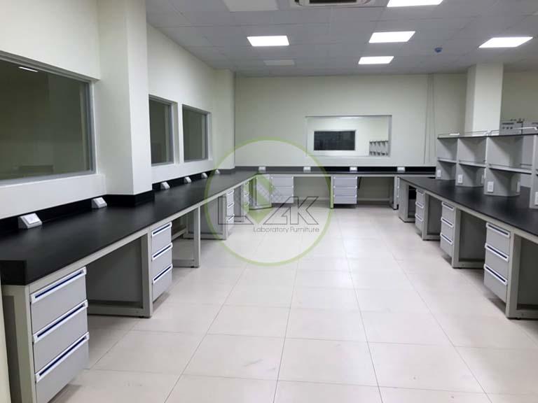 Bàn thí nghiệm áp tường phòng thí nghiệm nhà máy sản xuất dầu nhớt Công ty Maxihub