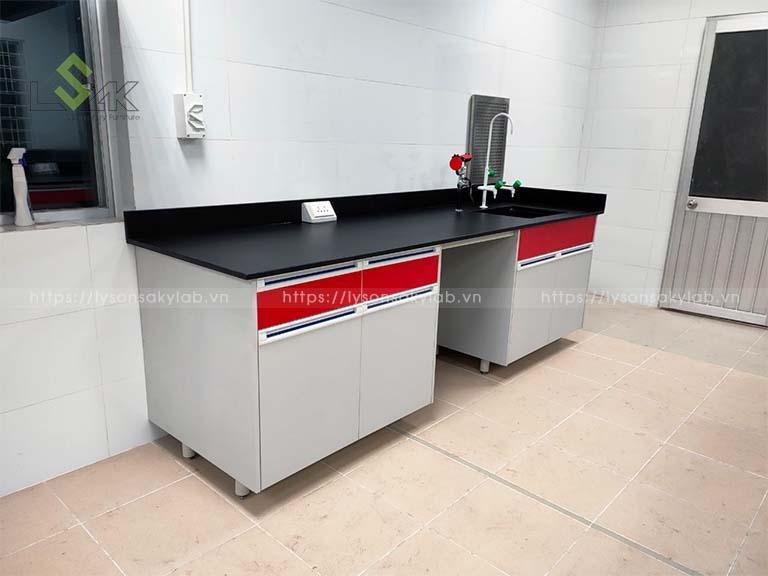 Bàn thí nghiệm áp tường có bồn rửa phòng lab
