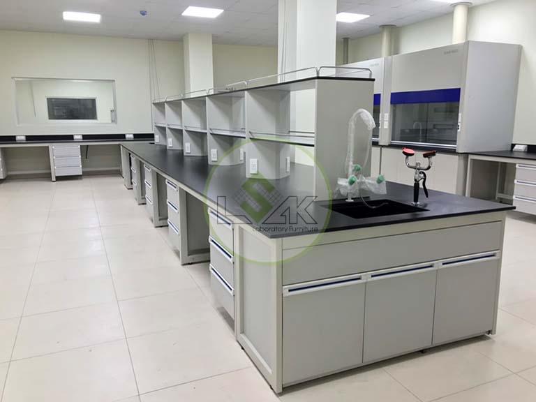 Bàn thí nghiệm trung tâm có bồn rửa hóa chất kệ để dụng cụ 2 tầng phòng thí nghiệm nhà máy sản xuất dầu nhớt Công ty Maxihub