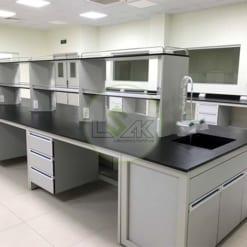 Bàn thí nghiệm trung tâm có chậu rửa hóa chất kệ để dụng cụ 2 tầng phòng thí nghiệm nhà máy sản xuất dầu nhớt Công ty Maxihub
