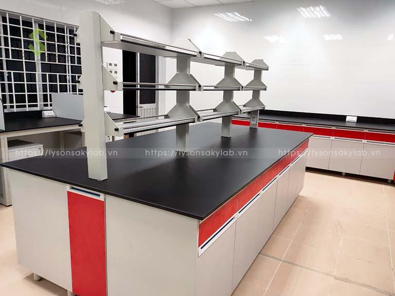 Bàn thí nghiệm trung tâm có kệ phòng lab nhà máy dầu nhớt và hóa chất Việt Nam Vilube