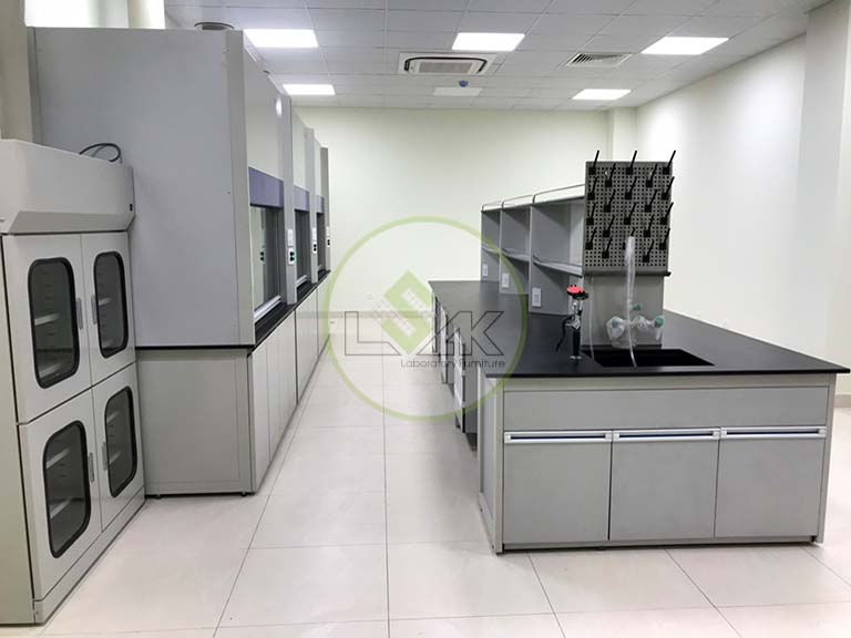 Laboratory central bench with sink
