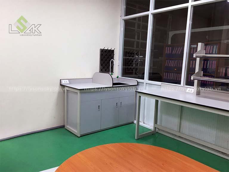 Bàn thí nghiệm có bồn rửa bằng nhựa pp, vòi rửa 3 nhánh, giá treo dụng cụ