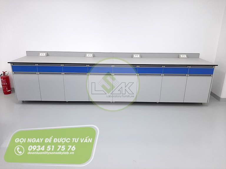 Bàn thí nghiệm áp tường nhà máy sản xuất sơn Công ty AkzoNobel