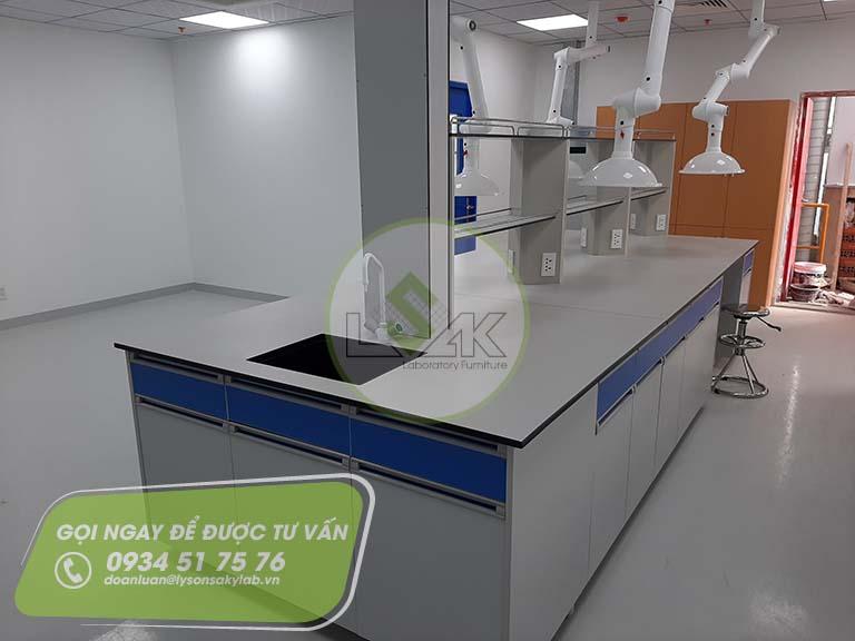 Bàn thí nghiệm trung tâm có bồn rửa nhà máy sản xuất sơn Công ty AkzoNobel