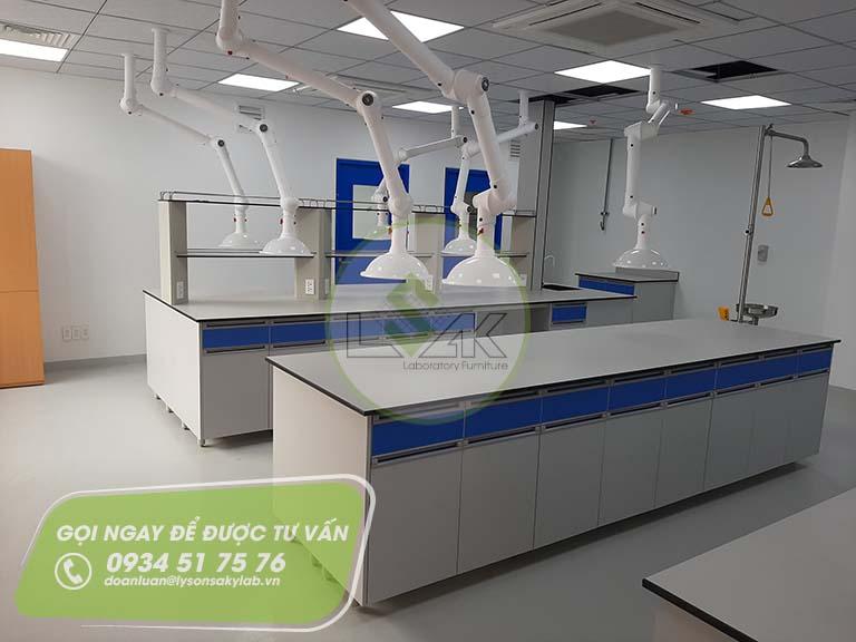 Bàn thí nghiệm trng tâm phòng lab nhà máy sản xuất sơn Công ty AkzoNobel