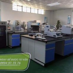Bàn thí nghiệm trung tâm đặt máy móc thiết bị thí nghiệm ngành giày da