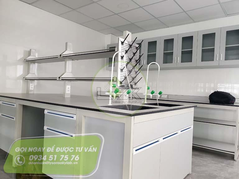 Giá phơi dụng cụ thí nghiệm lắp đặt trên bàn Công ty Path