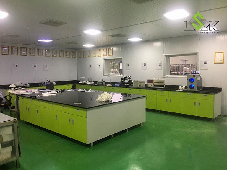Bàn chuẩn bị mẫu bằng đá hoa cương tại Phòng Lab Công ty Yakjin Intertex, KCN Minh Hưng Hàn Quốc, Bình Phước