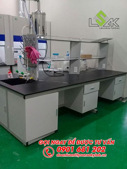 Bàn thí nghiệm trung tâm có bồn rửa nội thất phòng QC nhà máy Kolon Industries Việt Nam