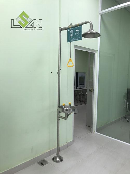 Bồn rửa mắt kết hợp tắm khẩn cấp lắp đặt tại phòng lab Công Ty Cổ Phần Dầu Thực Vật Tân Bình
