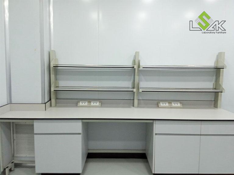 Bàn thí nghiệm áp tường có kệ để mẫu nội thất phòng lab R&D mỹ phẩm Ifree Beauty