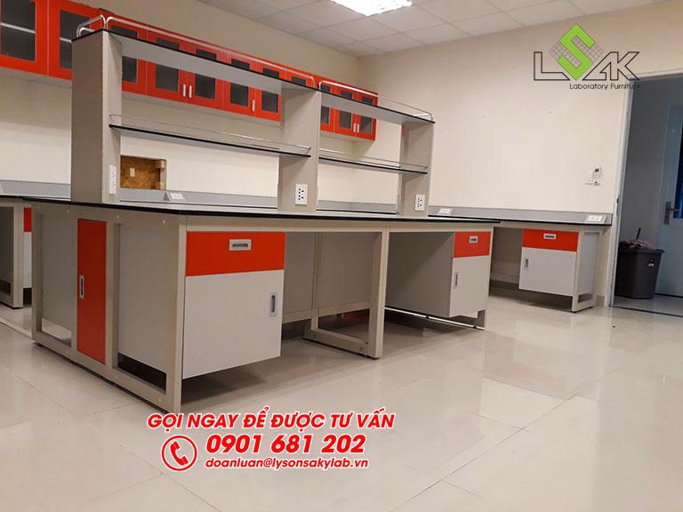 Bàn thí nghiệm trung tâm có kệ 2 tầng nội thất phòng lab Hóa Lý và Vi Sinh nhà máy sữa Candor M.D Organic Trảng Bàng