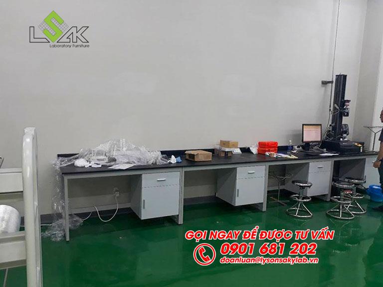 Bàn đặt máy thí nghiệm nội thất phòng QC nhà máy Kolon Industries Việt Nam