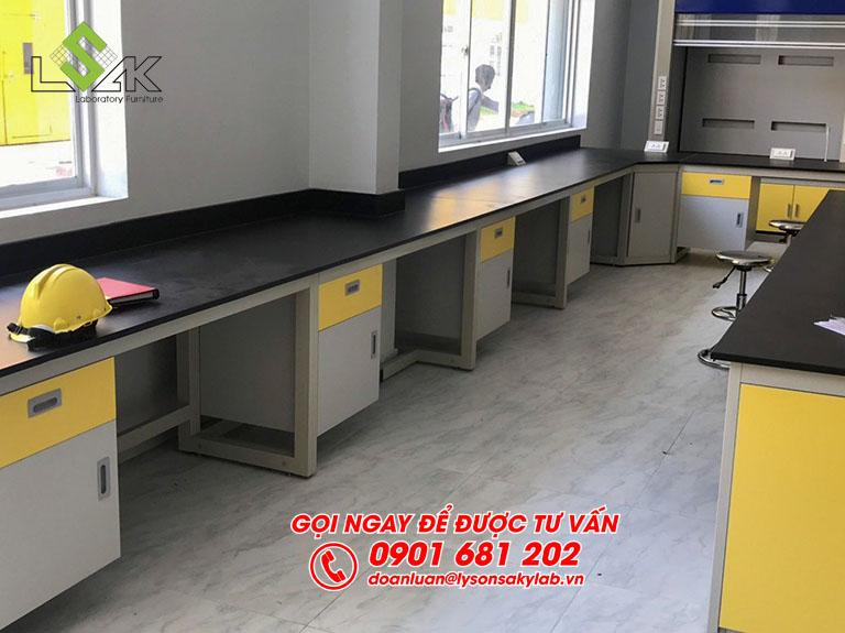 Bàn thí nghiệm áp tường phòng lab nhà máy sản xuất keo dán Công ty Techbond MFG (Việt Nam)