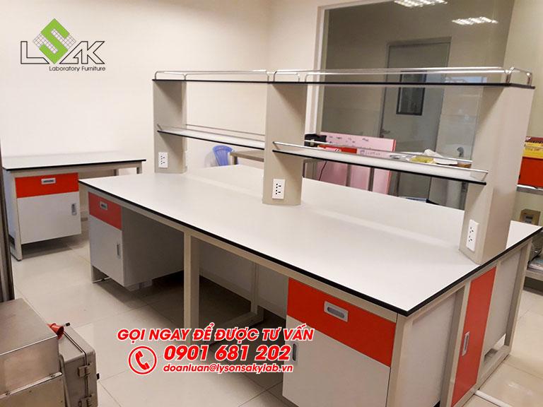 Bàn thí nghiệm trung tâm phòng thí nghiệm hóa sinh nhà máy sữa Candor M.D Organic Trảng Bàng