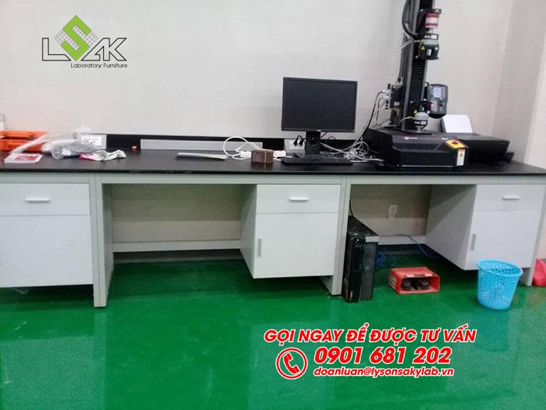 Bàn thí nghiệm áp tường đặt máy nội thất phòng QC nhà máy Kolon Industries Việt Nam