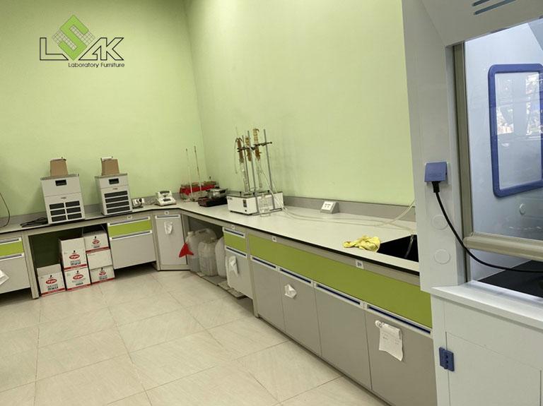 Bàn thí nghiệm áp tường nội thất phòng lab Công Ty Cổ Phần Dầu Thực Vật Tân Bình