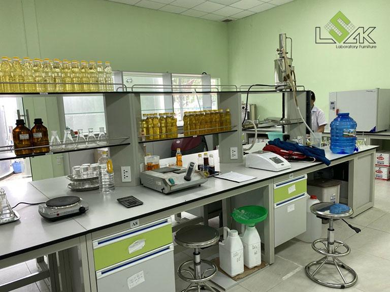 Bàn thí nghiệm trung tâm có kệ để dụng cụ nội thất phòng lab Công Ty Cổ Phần Dầu Thực Vật Tân Bình