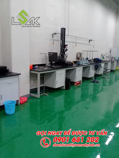 Bàn đặt máy sát tường nội thất phòng QC nhà máy Kolon Industries Việt Nam