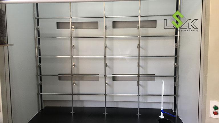 Khung lưới treo dụng cụ bằng inox lắp bên trong tủ hút hóa chất phòng lab nhà máy sản xuất keo dán Công ty Techbond MFG (Việt Nam)