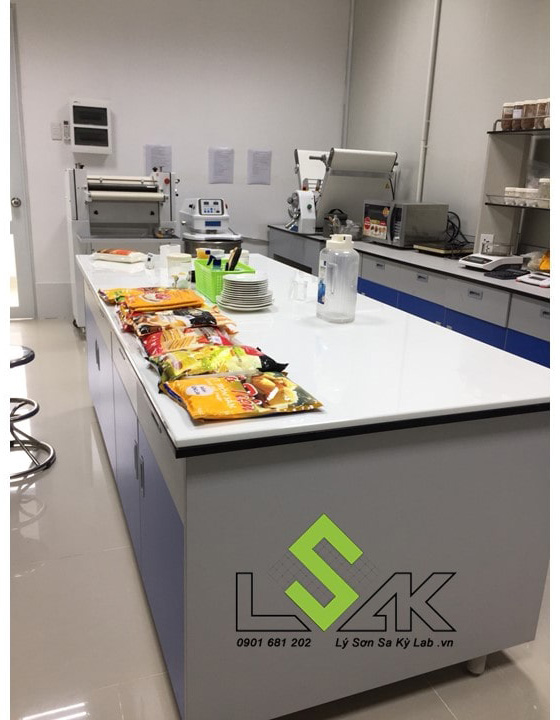 Bàn chuẩn bị mẫu thực phẩm tại Công ty CP Hoá chất Á Châu
